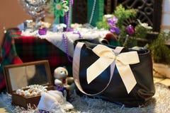 Saco como um presente no fundo decorado do Natal Imagens de Stock Royalty Free