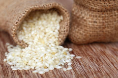 Saco con arroz dispersado Imagen de archivo libre de regalías