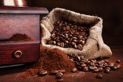 Saco con los granos de café. Fotografía de archivo