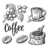 Saco con los granos de café con la cucharada y las habas de madera Fotografía de archivo libre de regalías