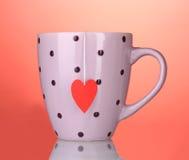Saco cor-de-rosa do copo e de chá com heart-shaped vermelho foto de stock royalty free
