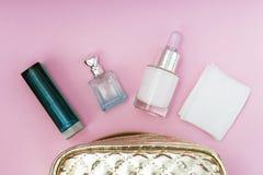 Saco cosmético em um close-up cor-de-rosa do fundo, espaço do ouro da cópia imagens de stock