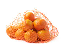 Saco da malha completamente das tangerinas isoladas Fotos de Stock Royalty Free