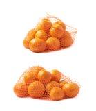Saco da malha completamente das tangerinas isoladas Fotografia de Stock