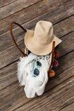 Saco da palha com os acessórios do verão na praia tropical, vacatio Fotografia de Stock