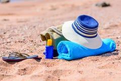 Saco da praia e chapéu de Sun em Sunny Deserted Beach fotografia de stock