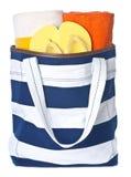 Saco da praia e toalhas coloridas Imagens de Stock