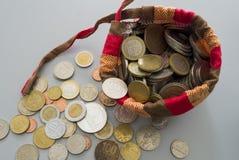 Saco das moedas dos países diferentes Foto de Stock