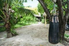 Saco de areia no relatório tropical para encaixotar foto de stock