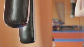 Saco de arena del entrenamiento de la mujer del boxeo en serie apta del kickboxer del cuerpo de la fuerza feroz del estudio de la metrajes