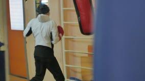 Saco de arena del entrenamiento de la mujer del boxeo en serie apta del kickboxer del cuerpo de la fuerza feroz del estudio de la almacen de video