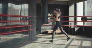Saco de arena del entrenamiento de la mujer de Kickboxing en cuerpo feroz del ajuste de la fuerza del estudio de la aptitud metrajes