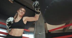 Saco de arena del entrenamiento de la mujer de Kickboxing en serie feroz del kickboxer del cuerpo del ajuste de la fuerza del est metrajes