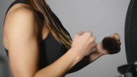 Saco de arena hermoso del entrenamiento de la mujer de Kickboxing en serie apta del kickboxer del cuerpo de la fuerza feroz del e metrajes