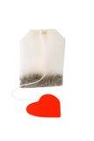 Saco de chá com a etiqueta vermelha heart-shaped isolada fotografia de stock royalty free