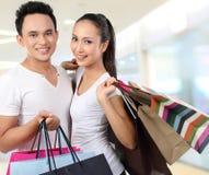 Saco de compra carreg dos pares felizes atrativos Imagens de Stock