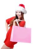 Saco de compra grande da preensão da mulher do Natal feliz fotografia de stock