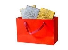 Saco de compras com as caixas de presente isoladas no branco Fotografia de Stock