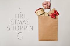 Saco de compras com presentes e compra do Natal do texto Fotos de Stock