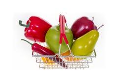 Saco de compras completamente com os vegetais e os frutos isolados no branco Fotografia de Stock Royalty Free