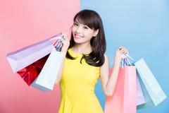 Saco de compras da tomada da mulher foto de stock