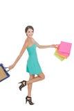 Saco de compras de balanço da mulher feliz da compra ao andar foto de stock royalty free