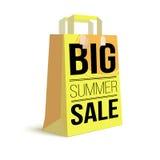 Saco de compras de papel da cor com texto do anúncio Venda grande do verão e sol da imagem no saco para a compra ilustração 3D Fotografia de Stock