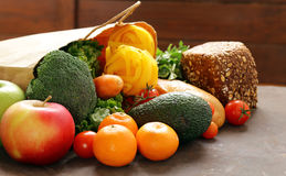 Saco de compras do alimento do mantimento - vegetais, frutos, pão foto de stock