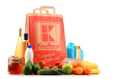 Saco de compras e produtos originais do papel de Kaufland Imagens de Stock