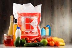 Saco de compras e produtos plásticos originais de Kaufland fotos de stock royalty free