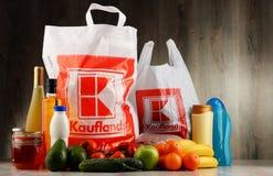 Saco de compras e produtos plásticos originais de Kaufland fotos de stock