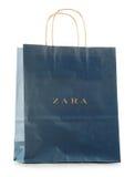 Saco de compras original do papel de Zara isolado no branco Imagens de Stock