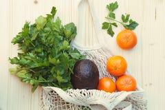 Saco de corda reusável eco-amigável branco com frutos frescos, ervas e vegetais fotos de stock