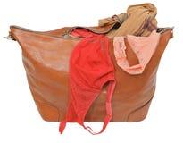 Saco de couro entreaberto com sutiã e a cuecas cor-de-rosa do laço Imagens de Stock