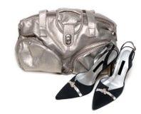 Saco de couro prateado e pares do loafer Fotografia de Stock