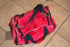 Saco de duffel vermelho do curso imagem de stock