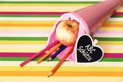Saco de escola cor-de-rosa com texto alemão para o registro Imagem de Stock