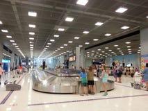Saco de espera dos povos no aeroporto Imagem de Stock