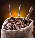 Saco de feijões e de colher de café. Imagens de Stock