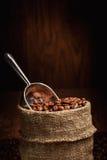 Saco de feijões e de colher de café Fotos de Stock