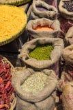 Saco de feijões verdes secados no fundo de madeira da tabela Imagens de Stock