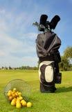 Saco de golfe com clubes e esferas Fotos de Stock