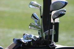 Saco de golfe e o jogo dos clubes Fotografia de Stock