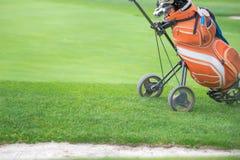 Saco de golfe e trundler no campo de golfe imagens de stock royalty free