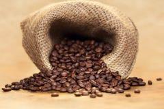 Saco de granos de café asados frescos Foto de archivo