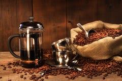 Saco de granos de café con la prensa del francés Imágenes de archivo libres de regalías