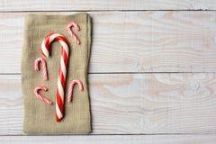 Saco de la arpillera de los bastones de caramelo Fotos de archivo libres de regalías