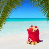 Saco de la Navidad por completo de cajas de regalo envueltas en Palm Beach Imagen de archivo libre de regalías