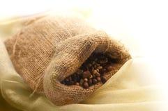 Saco de linho com grãos de café Fotografia de Stock