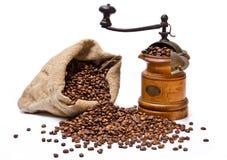 Saco de los granos de café con la amoladora de café de madera Imagen de archivo libre de regalías